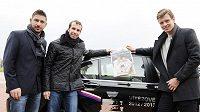 Zleva Jan Hájek, Radek Štěpánek a Tomáš Berdych po příletu do Brna.