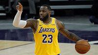 Hvězdný LeBron James zaznamenal v pátečním utkání proti Phoenixu 20 bodů.