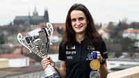 Martina Sáblíková s trofejí za Světový pohár a medailemi z MS