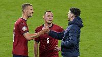Anglický reprezentant Declan Rice (vpravo) s Tomášem Součkem (vlevo) a Vladimírem Coufalem po zápase na EURO.