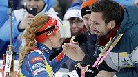 Česká biatlonistka Gabriela Koukalová líbá po druhém místě ve stíhačce v Ruhpoldingu manžela Petra.