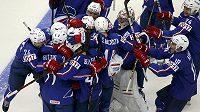 Obrovská radost francouzských hokejistů, na mistrovství světa porazili Kanadu po samostatných nájezdech.