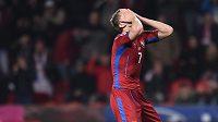 Český útočník Tomáš Necid v utkání s Lotyšskem.