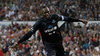 Usain Bolt se raduje z gólu v exhibici na Old Trafford. Sudí však branku nakonec neuznal.
