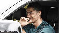 Hvězdný fotbalista Cristiano Ronaldo se po deseti týdnech připojil k Juventusu, před návratem do tréninku absolvuje zdravotní testy.