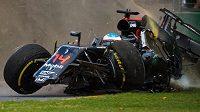 Hororová nehoda Fernanda Alonsa v Austrálii. Takové momenty lidi nalákají, myslí si Ecclestone.