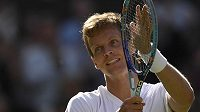 Český tenista Tomáš Berdych slaví vítězství nad Alexandrem Zverevem a postup do osmifinále Wimbledonu.