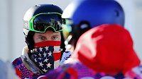 Snowboardista Shaun White čeká ve frontě během opravy vleku v olympijském areálu v Soči.