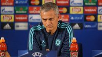 Kouč Chelsea Jose Mourinho na tiskové konferenci v Portu.