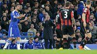 Manažer Chelsea José Mourinho reaguje na vítězný gól Bournemouthu.