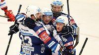 Plzeňští hokejisté se radují z gólu na ledě Třince.
