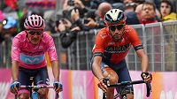 Ital Vincenzo Nibali (vpravo) a Richard Carapaz z Ekvádoru při 16. etapě Giro d'Italia.