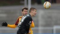 Jablonecký záložník David Breda (vpředu) a středopolař Marek Hanousek během úvodního čtvrtfinále MOL Cupu.