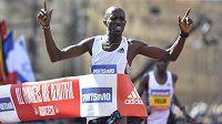 Keňan Benard Kimeli probíhá vítězně cílem.
