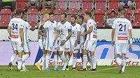 Hráči Mladé Boleslavi se radují z gólu v Plzni.