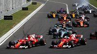 Sebastian Vettel s Ferrari vyhrál Velkou cenu Maďarska F1, druhý dojel jeho týmový kolega Kimi Raikkönen (vpravo)