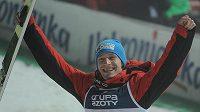 Český skokan na lyžích Roman Koudelka slaví vítězství ve Wisle.