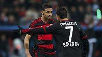 Karim Bellarabi a Javier Hernandez z Leverkusenu při utkání s Barcelonou.