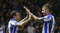 Ross Wallace (vlevo), autor prvního gólu Sheffieldu Wednesday, oslavuje svoji trefu s Danielem Pudilem.