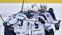 Plzeňští hokejisté se radují z prvního gólu v Liberci.