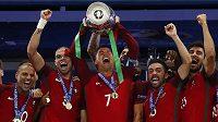 Portugalec Cristiano Ronaldo třímá nad hlavou trofej pro mistry Evropy.