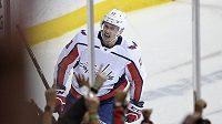Levé křídlo Washingtonu Capitals Jakub Vrána slaví gól na 3:1 proti Philadelphii Flyers.