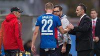 Plzeňský obránce Jan Baránek musel s podezřením na otřes mozku opustit hrací plochu. Vpravo trenér Viktorie Karel Krejčí.