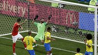 Švýcar Steven Zuber překonává hlavičkou gólmana Brazílie Alissona Beckera.