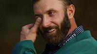Slzy štěstí. V zeleném saku pro krále golfového Masters neudržel Dustin Johnson emoce.