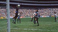 "Proslulá ""boží ruka"" Diega Maradony ve čtvrtfinále MS 1986 proti Anglii."