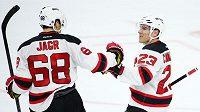 Útočníci New Jersey Devils Jaromír Jágr (vlevo) a Mike Cammalleri slaví gól do sítě Philadelphie.