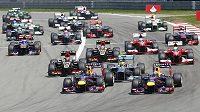 První zatáčka krátce po startu Velké ceny Německa - jezdci stáje Red Bull se dostali před Lewise Hamiltona, který nevyužil pole position.