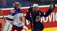 Američan Trevor Lewis (vpravo) se raduje z gólu, který vstřelil ruskému brankáři Sergeji Bobrovskému.
