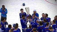 Hokejbalisté Pardubic zvedají nad hlavu pohár pro vítěze extraligy.