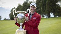Rasmus Höjgaard z Dánska pózuje s trofejí pro vítěze turnaje v Crans Montaně v rámci European Tour. Naváže na triumf tento týden jeho dvojče Nicolai?