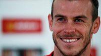 Vysmátý Gareth Bale na tiskové konferenci před utkáním svého Walesu se Slovenskem.