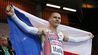 Pavel Maslák po vítězství s českou vlajkou.