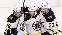 Bostonští hokejisté Brad Marchand (63) David Pastrňák (88) a Patrice Bergeron (37) se radují z gólu proti Tampě.