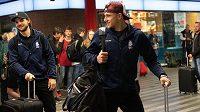 Hokejisté české reprezentace Jakub Vrána (uprostřed) a Michael Frolík během odjezdu na MS 2019 do Bratislavy na hlavním nádraží v Praze.