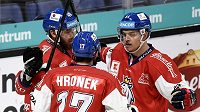 Čeští hokejisté Hynek Zohorna, Filip Hronek a Andrej Nestrašil slaví gól proti Švédsku na turnaji Karjala.