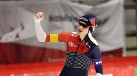 Česká rychlobruslařka Martina Sáblíková oslavuje svůj triumf po závodě na 3 000 m v německém Inzellu.