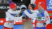 Norští skokané na lyžích Kenneth Gangnes (druhý zleva), Johann Andre Forfang (vpravo), Daniel Andre Tande (vlevo) a Anders Fannemel slaví triumf v soutěži týmů na MS v letech v Kulmu.