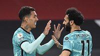 Roberto Firmino (vlevo) a Mohamed Salah z Liverpoolu se radují z gólu proti Manchesteru United.