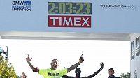 Keňský běžec Wilson Kipsang (druhý zprava) v cíli berlínského maratónu.