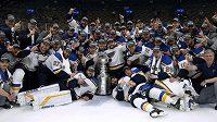Hokejisté St. Louis Blues se slavným pohárem lorda Stanleyho.