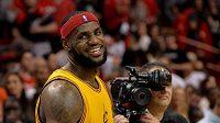 Basketbalista Clevelandu LeBron James se usmívá po porážce v Miami.