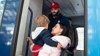 Radko Gudas se loučí s rodinou během odjezdu na MS 2019.