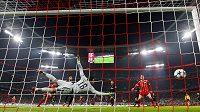 Corentin Tolisso střílí druhý gól Baernu v utkání proti PSG.