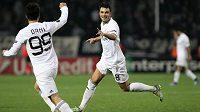 Fotbalisté Karabachu se radují z gólu.