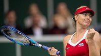 Ruská tenistka Maria Šarapovová oslavuje vítězství ve druhém zápase s Karolínou Plíškovou ve finále Fed Cupu v Praze.